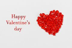 日s华伦泰 玻璃红色水晶谎言的心脏在灰色背景的 签字离开情人节快乐 孤立 库存照片