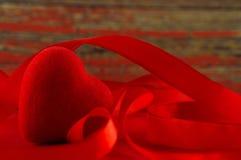 日s华伦泰 红色心脏和红色丝带,作为假日的标志 免版税库存图片