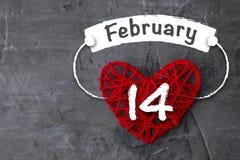 日s华伦泰 红色心脏拿着2月14日的题字 免版税库存照片