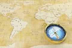 旧世界地图和古董指南针 免版税库存照片