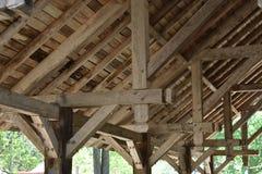 旧世界木柱和椽木 库存图片