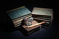 旧书、纸、墨水笔和墨水瓶在黑色 免版税库存照片