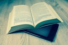 旧书和现代一个 免版税库存照片