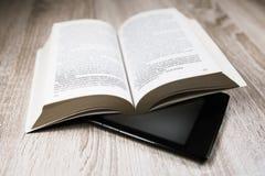 旧书和现代一个 免版税库存图片