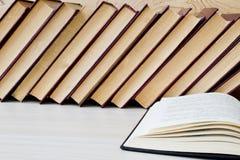 旧书和玻璃在木架子 免版税库存图片