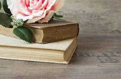 旧书和花在木背景上升了 浪漫花卉框架背景 说谎在一本古色古香的书的图片花的 免版税库存照片