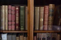 旧书在一个老图书馆里 免版税库存图片