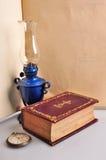 旧书灯和手表 库存照片