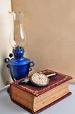 旧书灯和手表 免版税图库摄影