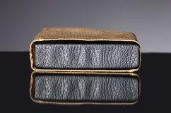 旧书皮革盖子在葡萄酒袋子的 免版税库存照片