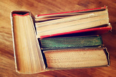 旧书顶视图在一张木桌上的 减速火箭的被过滤的图象 免版税库存照片