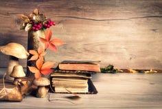 旧书,在木头,文本空间的秋天装饰 免版税库存照片