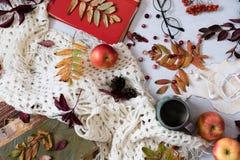 旧书,巧妙的电话,在木背景的秋叶 概念秋天 顶视图 复制空间 温暖的葡萄酒口气 温暖 库存照片
