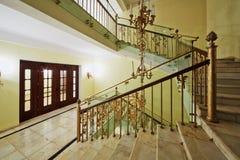 旧式的楼梯和照明设备在旅馆希尔顿Leningradskaya里 免版税库存照片