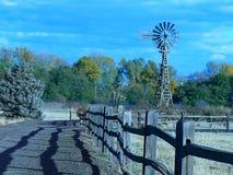 旧时风车有用在农场 库存图片