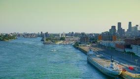 旧港口区域看法与大船,夏天的middel,蒙特利尔,加拿大的 免版税库存图片