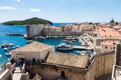 旧港口和堡垒有Lokrum海岛的在背景中在Dubrov 免版税库存照片