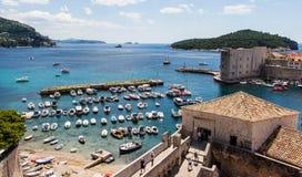 旧港口和Lokrum海岛在背景中在杜布罗夫尼克,克罗地亚 库存照片
