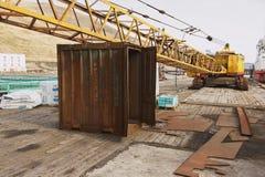 旧港口设备的外部在被放弃的俄国北极解决Pyramiden,挪威的码头的 库存照片