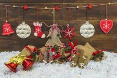 破旧的别致的土气圣诞节装饰 免版税库存照片
