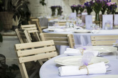 破旧的别致的婚礼桌 免版税库存照片