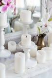 破旧的别致的家庭设计 与一个蜡烛的美丽的装饰桌,在镜子前面的花 免版税库存照片