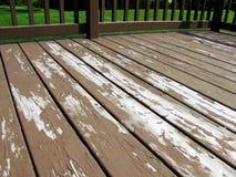 破旧的削皮甲板表面需要的新的污点 库存照片