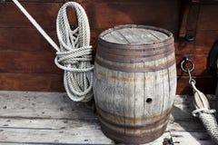 更旧的复杂海洋绳索和老木桶在船的甲板 免版税库存图片