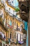 破旧的大厦在哈瓦那旧城 免版税库存图片