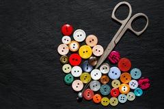 更旧的按钮和剪刀以伞的形式 库存照片