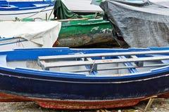 破旧的木小船 免版税库存图片