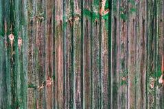 破旧的木稀薄的板条崩裂了绿色油漆 免版税库存图片