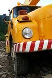 更旧的橙色建筑用起重机卡车前面细节  免版税库存照片