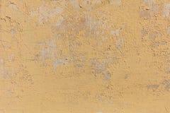 破旧的淡黄的墙壁背景 库存图片