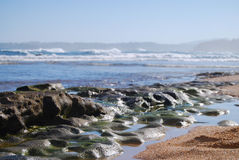 破旧的熔岩岩石考艾岛海滩,夏威夷 免版税库存照片