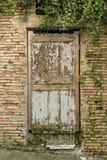 破旧的老木门意大利 库存照片