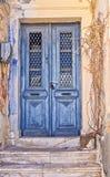 破旧的蓝色门 库存照片