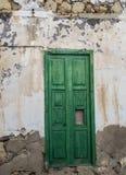 破旧的绿色门 图库摄影