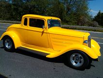 旧车改装的高速马力汽车黄色32浅滩跑车 库存图片