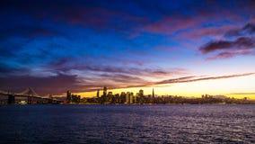 旧金山与剧烈的云彩的市光在日落 免版税图库摄影