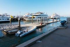 旧金山与游艇和小船的小游艇船坞停车处 免版税库存照片