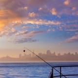 旧金山与钓鱼竿的雾地平线在薄雾Californi 库存图片