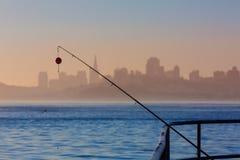 旧金山与钓鱼竿的雾地平线在薄雾Californi 免版税库存照片