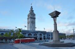 旧金山与PCC路面电车的轮渡大厦 免版税库存图片