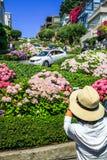 旧金山伦巴第拍照片的街道游人 免版税库存图片