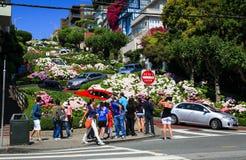 旧金山伦巴第街道游人 免版税库存照片