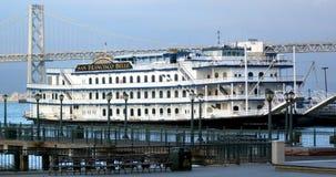 旧金山佳丽在码头7的小船停泊在旧金山卡利 免版税库存图片