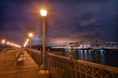 旧金山佳丽在码头7的小船停泊在晚上以圣法郎 库存图片