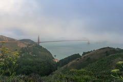 旧金山几乎无形由于的金门大桥大雾 免版税图库摄影