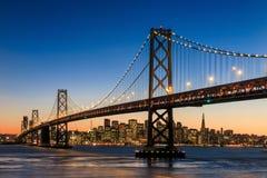 旧金山地平线和海湾桥梁在日落,加利福尼亚 免版税库存图片